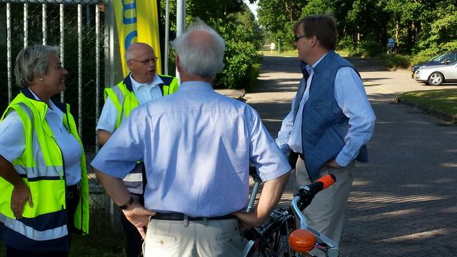Koning in gesprek met 2 leden van de vereniging.  (Foto: nieuwsinassen.nl)