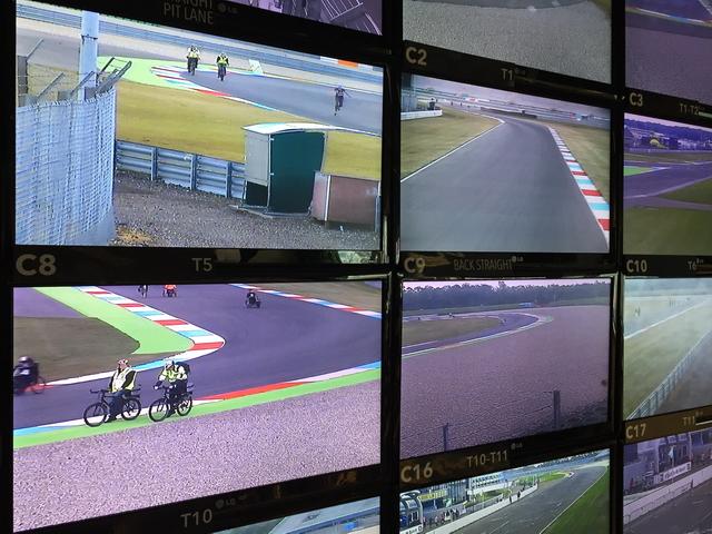 Het beeld op Race Control. Zicht op de EHBO-ers.