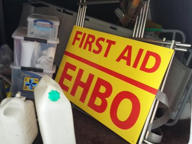 Het opruimen van de inventaris van de EHBO posten.